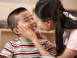 Nựng má trẻ con sẽ giúp mẹ bầu sinh con có đôi má lúm dễ thương