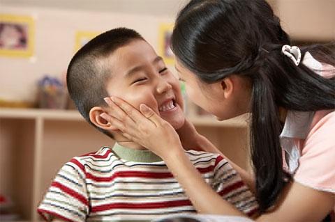 Nựng má em bó có má lúm đồng tiền giúp con sinh ra có má lúm